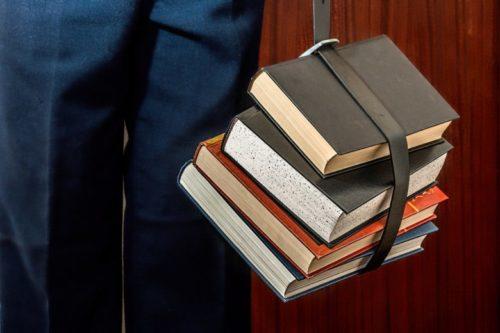 書籍を持っている姿